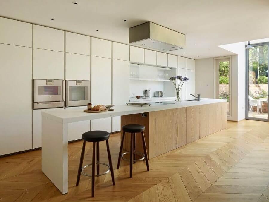 Cores claras para decoração de cozinha grande com banqueta para ilha Foto Decoist