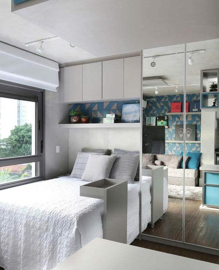 Cores claras para decoração de quarto masculino pequeno com guarda roupa espelhado Foto Sesso e Dalanezi Arquitetura