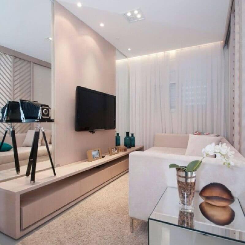 Cores para sala de estar pequena e clean decorada com parede espelhada Foto Home Fashion Trend
