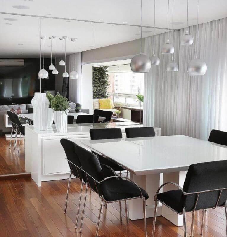 Cores para sala de jantar pequena decorada com parede espelhada e mesa quadrada Foto Mariana Orsi