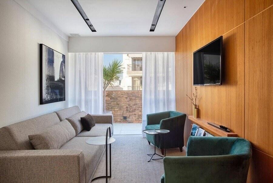 Cores para sala pequena decorada com painel de madeira para TV Foto Hobjeto Arquitetura