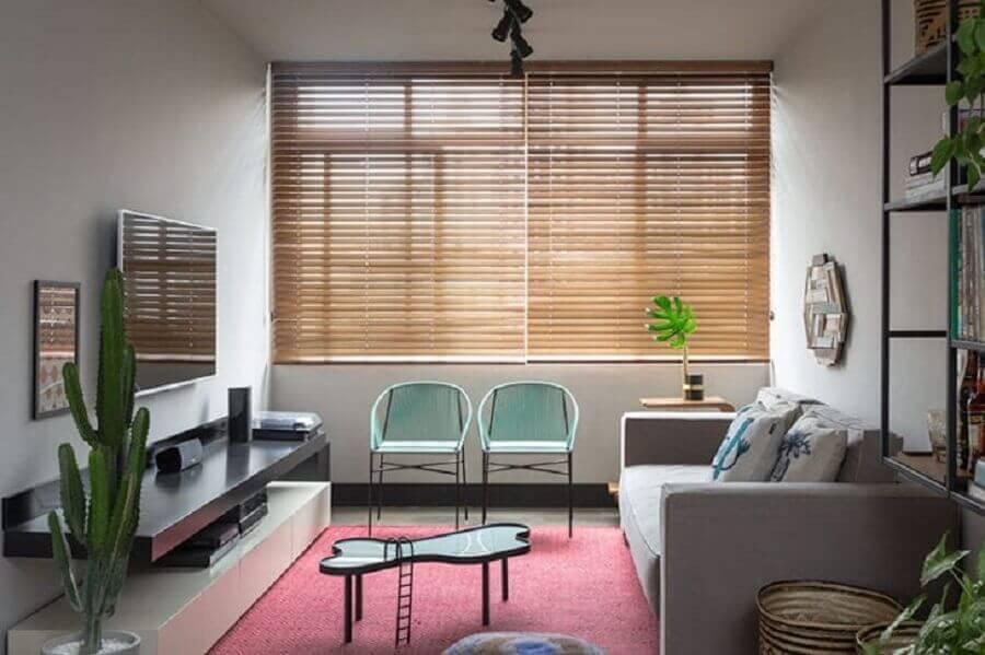 Cores para sala pequena decorada com persiana de madeira Foto Gabriel Valdivieso