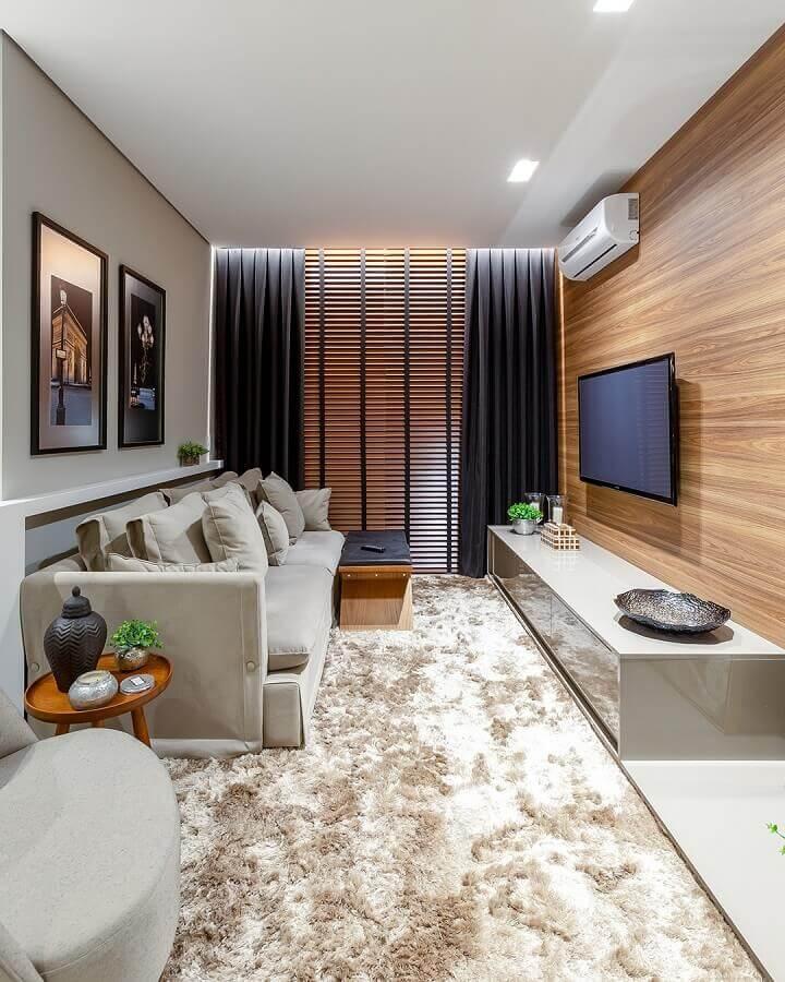 Cores para sala pequena decorada com tapete felpudo e painel de madeira Foto Quality Decor Express