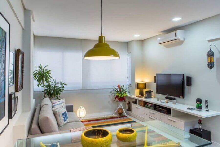 Cores para sala pequena decorada com tapete listrado colorido Foto Milla Holtz Arquitetura