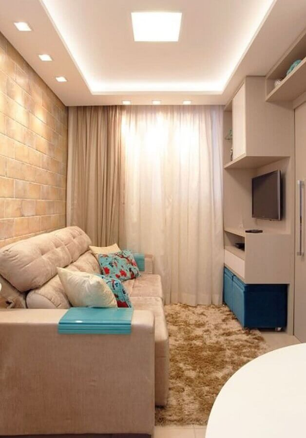 Cores para sala pequena decorada em bege e azul com tapete felpudo Foto Ana Moeller Interiores