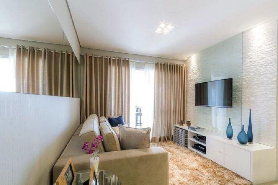 Cores para sala pequena e simples decorada com espelho de parede Foto Cavalcante Ferraz Arquitetura