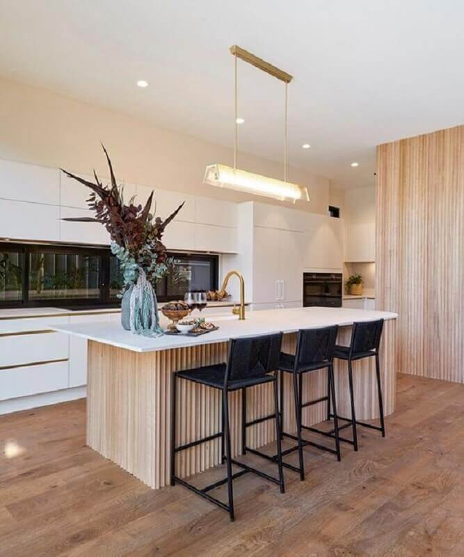 Cozinha amadeirada decorada com armários brancos e banqueta alta para ilha Foto Homes To Love