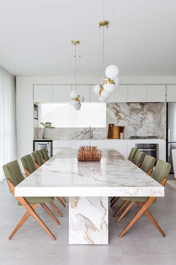 Cozinha americana com mesa de jantar branca feita de granito