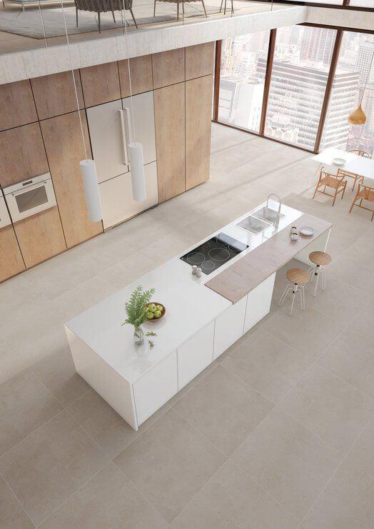 Cozinha ampla com piso de porcelanato amadeirado claro