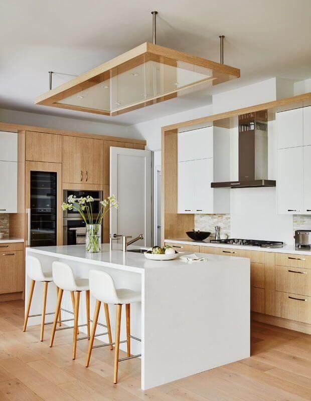 Cozinha branca com madeira decorada com banqueta alta para ilha Foto House & Home