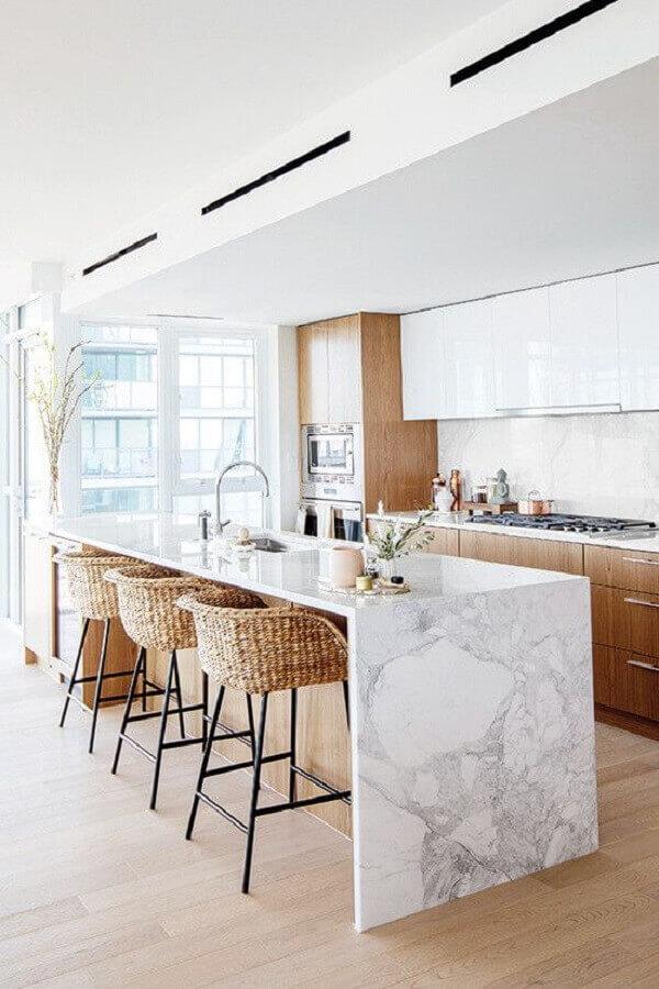 Cozinha branca com madeira decorada com banqueta para ilha de mármore Foto Apartment Therapy