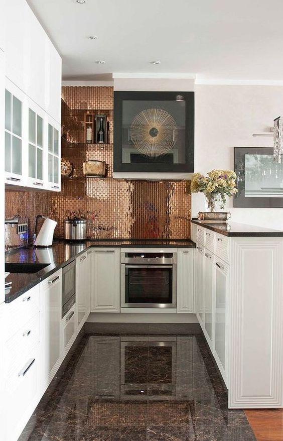 Cozinha branca com pastilhas adesivas bronze