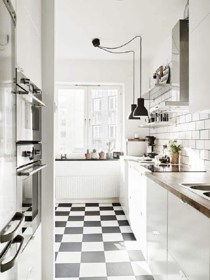 Cozinha branca decorada com bancada de madeira e piso xadrez preto e branco Foto My Ideal Home