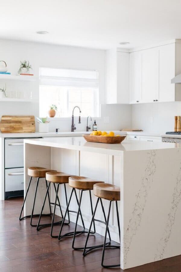 Cozinha branca decorada com banqueta para ilha de mármore Foto Pinterest