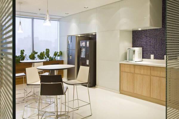 Cozinha branca organizada com geladeira inox