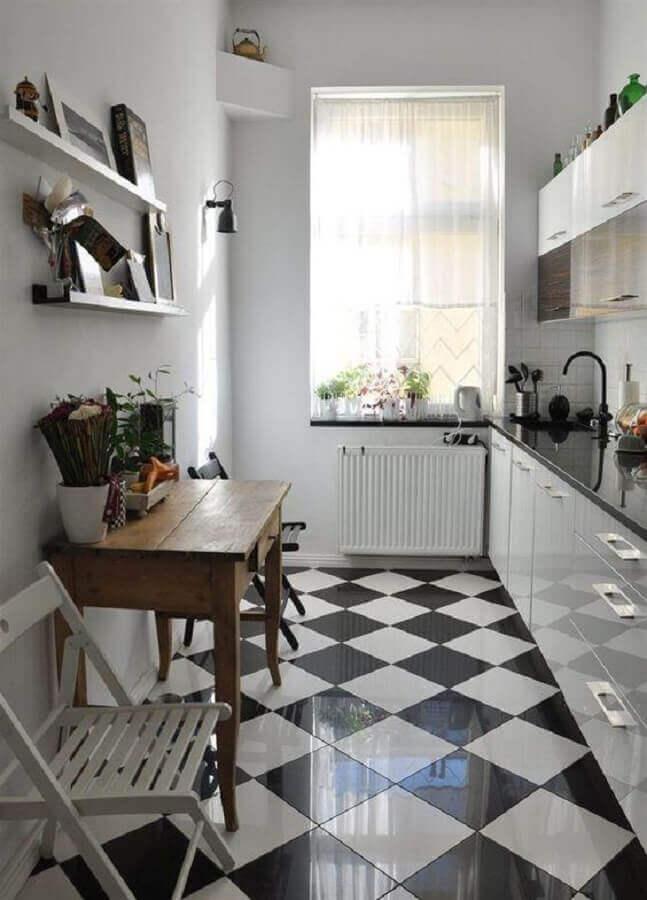 Cozinha branca pequena decorada com piso xadrez preto e branco Foto Apartment Therapy