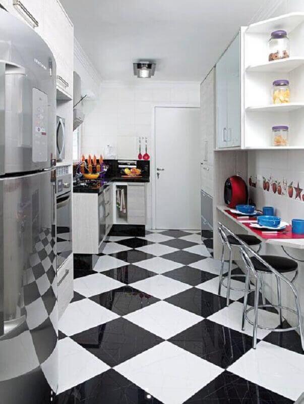 Cozinha branca pequena decorada com piso xadrez vinílico preto e branco Foto Vicenzo Moveis e Planejados