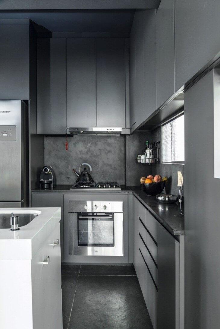 Cozinha cinza com piso de ardósia preta