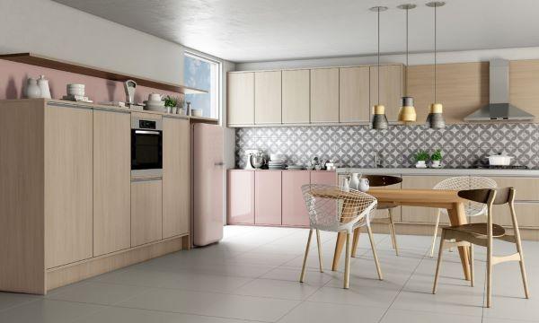 Cozinha com móveis vintage de madeira e cor de rosa