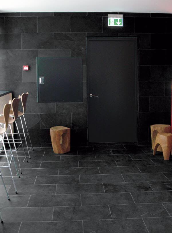 Cozinha com pedra ardósia preta na decoração