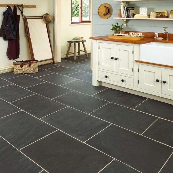 Cozinha com piso de ardósia preta