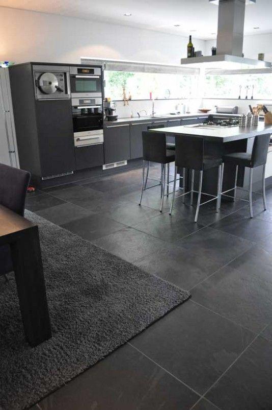 Cozinha com piso de ardósia preta e móveis cinza
