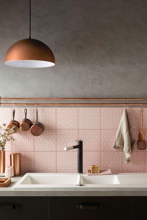 Cozinha com rodameio bronze e revestimento cor de rosa