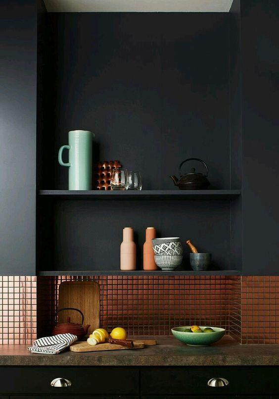 Cozinha com rodameio cinza e revestimento bronze