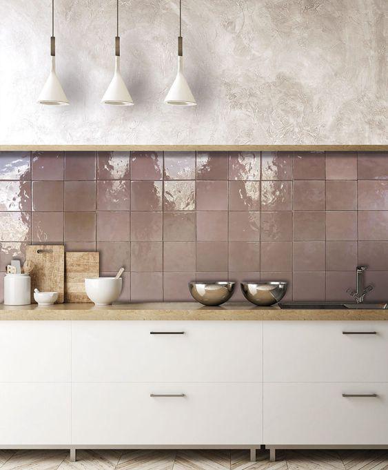 Cozinha com rodameio de madeira e azulejo rose