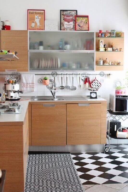 Cozinha de madeira decorada com piso xadrez preto e branco Foto Apartment Therapy