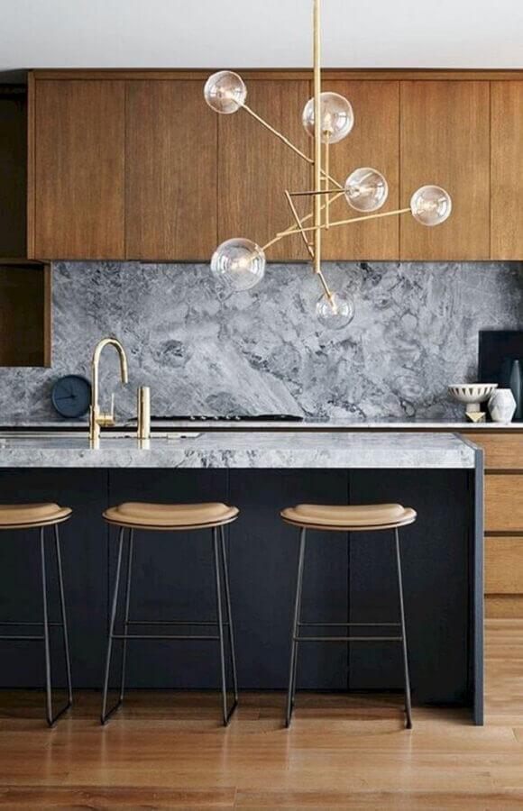 Cozinha decorada com lustre moderno e banqueta para ilha Foto Futurist Architecture