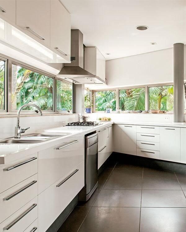 Cozinha feng shui iluminada e ventilada. Projeto de Gisaura Castro