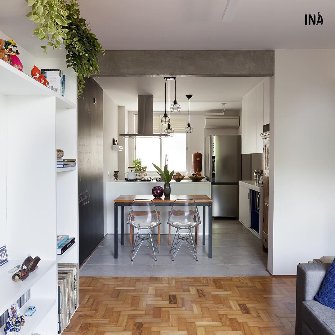 Cozinha integrada com porcelanato cinza