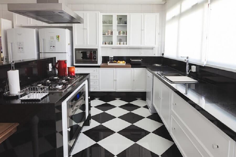 Cozinha planejada branca e preta decorada com piso xadrez Foto Rosangela C Brandao Interiores