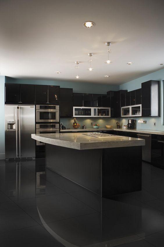 Cozinha preta com porcelanato preto acetinado