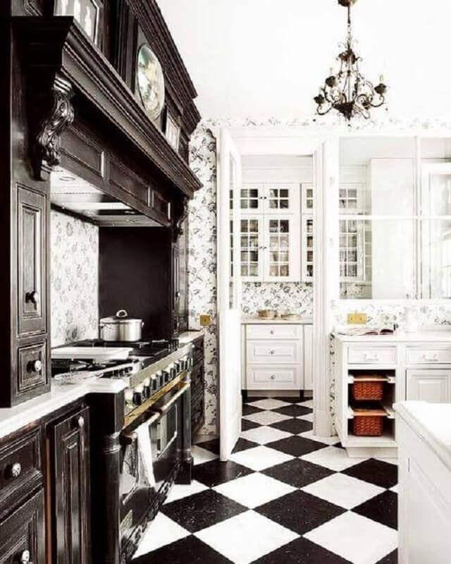 Cozinha preta e branca clássica decorada com piso xadrez Foto Apartment Therapy
