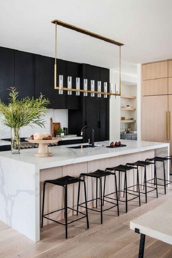 Cozinha preta e branca moderna decorada com banquetas para ilha gourmet Foto Archilovers