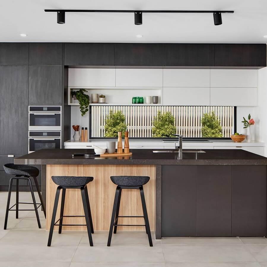 Cozinha preta moderna decorada com banquetas para ilha gourmet Foto Da Vinci Lifestyle