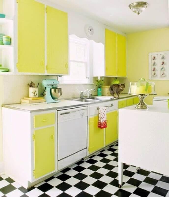 Cozinha retro branca e amarela decorada com piso xadrez Foto Jeito de Casa