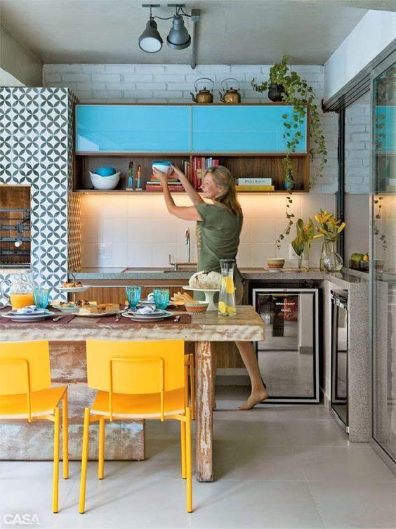 Cozinha retro com churrasqueira gourmet revestida com cerâmica geométrica