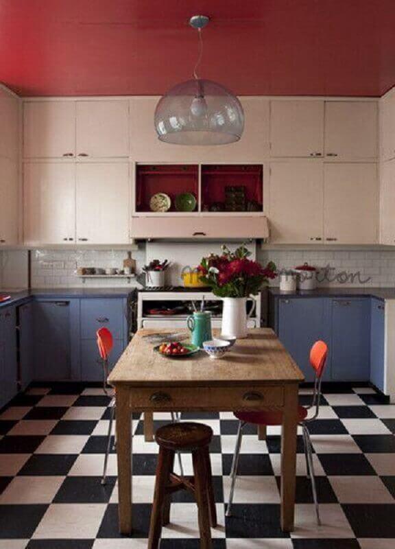 Cozinha simples decorada com piso xadrez preto e branco e armários branco e azul Foto Decor Facil