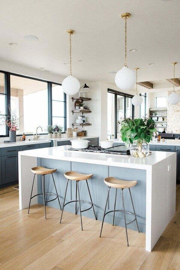 Decoração azul e branco com banqueta para ilha de cozinha grande Foto McGee & Co