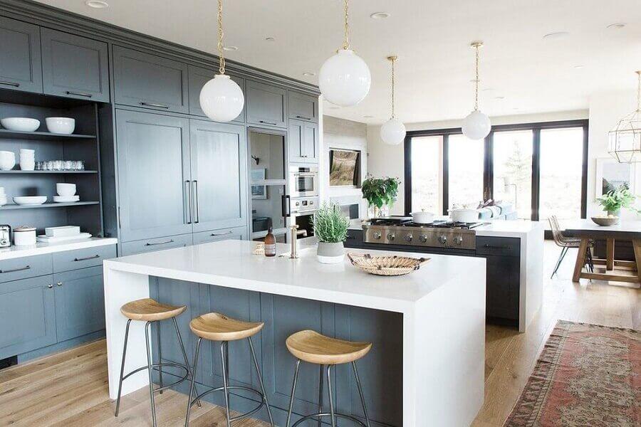 Decoração azul e branco para cozinha aberta com sala integrada  Foto Studio McGee