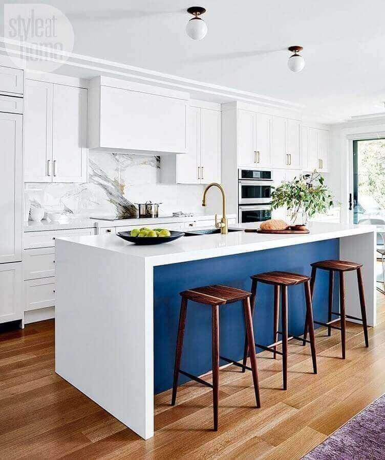 Decoração clássica com banqueta alta para ilha de cozinha azul e branca Foto Style at Home