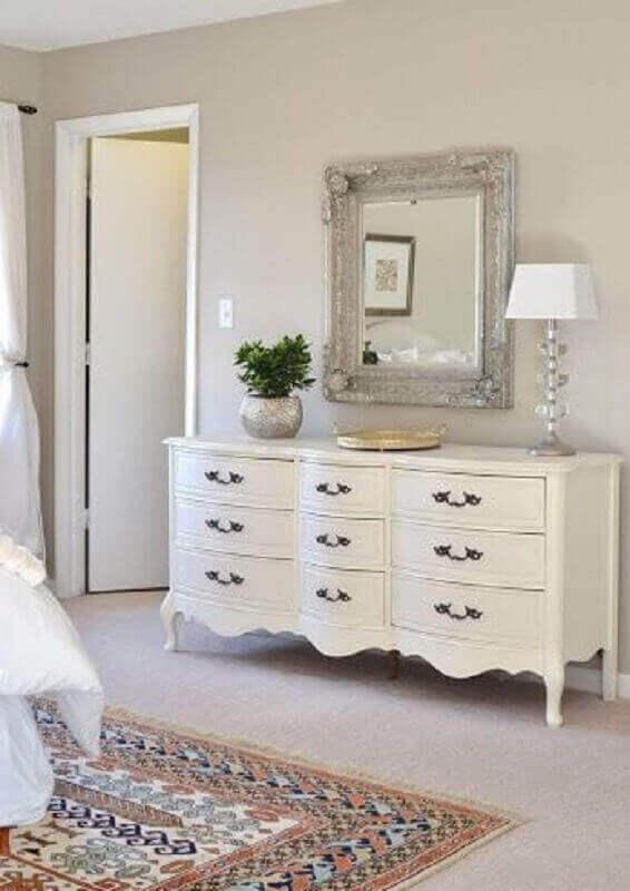 Decoração clássica para quarto com cômoda retrô branca e espelho de parede Foto Pinterest