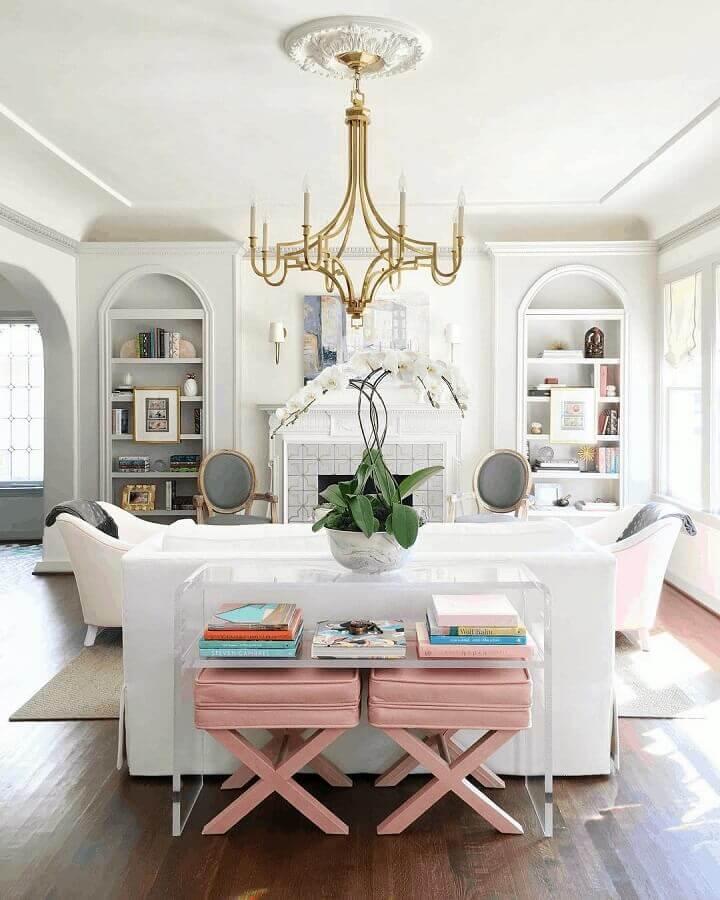 Decoração clássica para sala branca com banqueta puff rosa claro Foto Catherine French Design