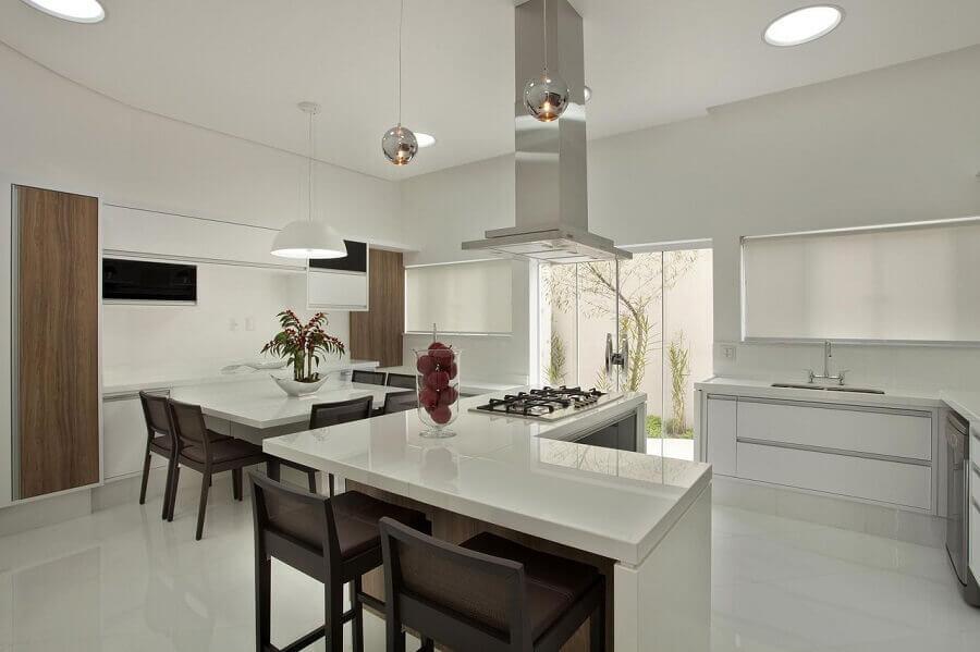Decoração clean com balcão em L para cozinha aberta com sala de jantar Foto Aquiles Nicolas Kílaris
