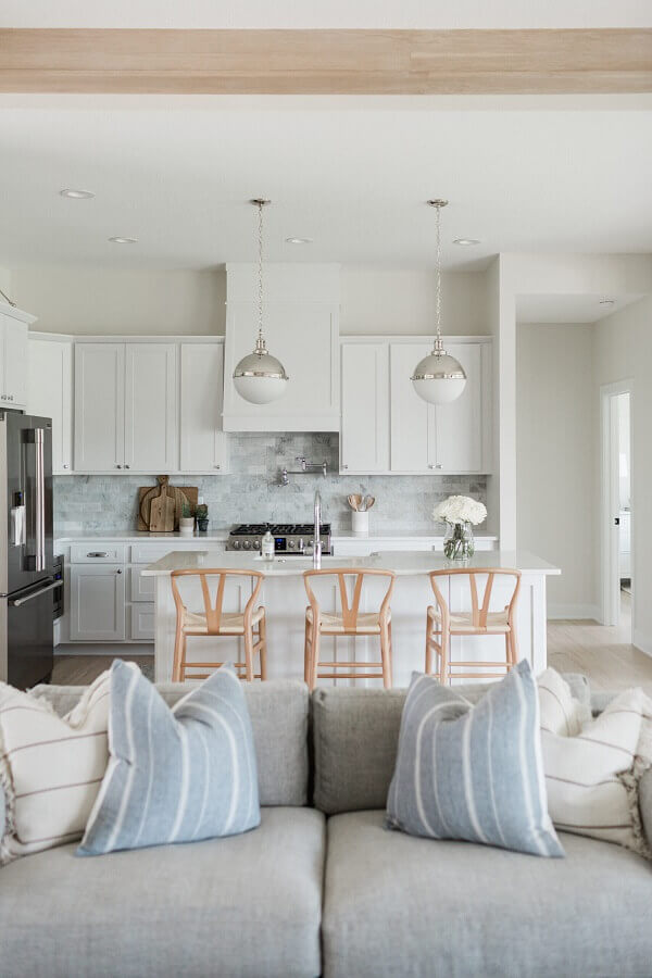 Decoração clean com banqueta de madeira para cozinha aberta com sala branca Foto Oakstone Homes