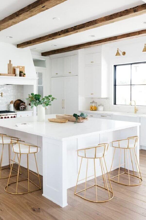 Decoração clean com banquetas para ilha de cozinha branca Foto Pinterest
