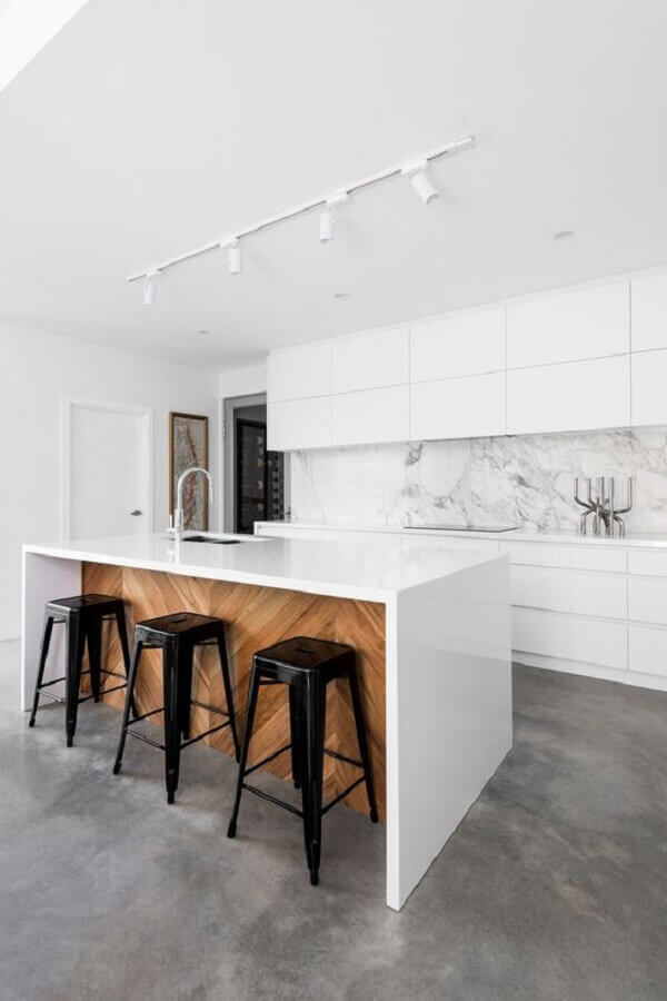 Decoração clean para ilha de cozinha com banqueta preta Foto Pinterest